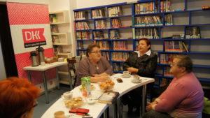 Klubowicze Dyskusyjnego Klubu Ksiażki dla dorosłych podczas październikowego spotkania w bibliotece