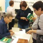 Mariusz Hantke podpisuje zakupione tomiki poezji