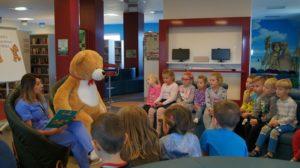 Dzień Pluszowego Misia w bibliotece - czyta pielęgniarka Beata Siwek