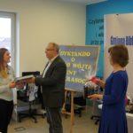 Magdalena Tomczyk odbiera nagrodę z rąk Wójta Gminy Krasocin