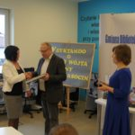 Laureatka I miejsca w kategorii osoby dorosłe odbiera nagrodę z rąk Wójta Gminy Krasocin