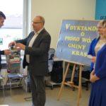 Laureat I miejsca w kategorii uczniowie odbiera nagrodę z rąk Wójta Gminy Krasocin