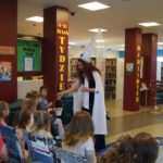 Pasowanie pierwszaków ze szkoły podstawowej w Krasocinie na czytelnika biblioteki