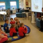 Weterynarz czyta dzieciom