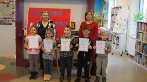 Pasowanie na czytelika dzieci ze szkoły w Czostkowie